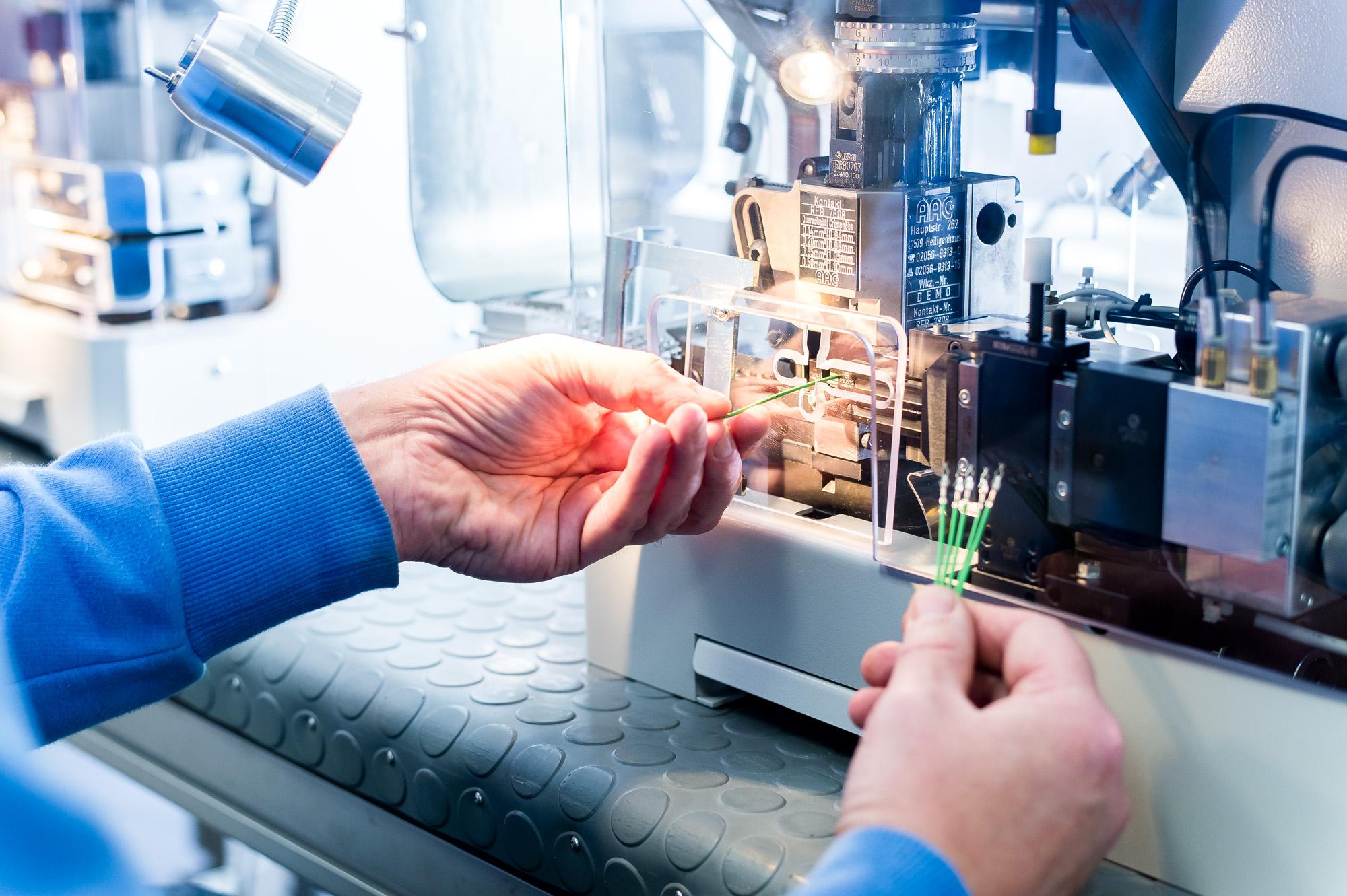 Crimpen und Abisolieren wird mit elektrischen Crimpmaschinen bzw. Abisoliermaschinen z.B. von KM Corporate professionell realisiert.