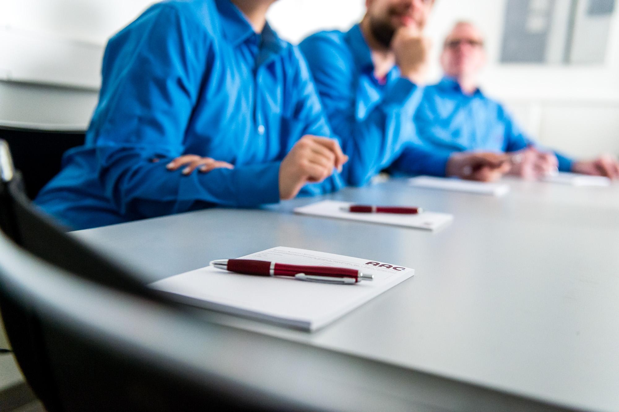 Lernen Sie praxisorientiert alle relevanten Themen rund um das Thema Crimpen. In Gruppen von maximal sechs Personen werden Sie theoretisch und praktisch von unseren qualifizierten Mitarbeitern geschult.